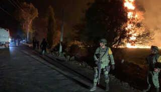 Militærpersonel bevogter branden i Hidalgo i går aftes.