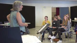 Lene Juul Langballe giver mange unge sangere deres første oplevelse med opera.