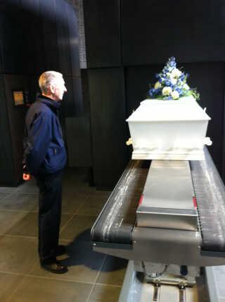 Per Larsens far tog afsked med sin afdøde hustru i krematoriet, hvor han så kisten blive sat ind i ovnen.