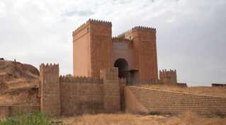 En af byens gamle porte Mashqi porten  - også kaldet Gate of God - er også blevet destrueret af IS.
