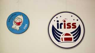 Danmarks første astronaut Andreas Mogensen står sammen med grafisk designer Poul Rasmussen, der vandt konkurrencen om at tegne et logo til Andreas' mission kaldet iriss. - Vikingeskibet kan måske også ligne en vikingehjelm med horn ...