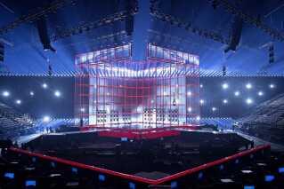 Kubussen på scenen kunne lyse i flere forskellige farver. Her er den rød og omgivet af hvide lys.