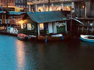 Tidligere vejrvært Morten Lynge tog dette billede fra Christianshavn i København. Kanalens flydende restaurant er også næsten stødt på grund.