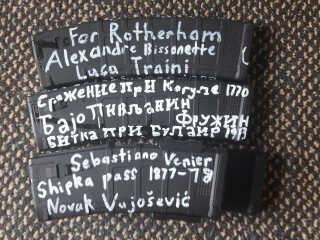 Billeder af geværmagasiner lagt på twitter af den formodede gerningsmand to dage før angrebet. Her han skrevet navnene på sine forbilleder, deriblandt Luca Traini, som skød seks migranter på åben gade.
