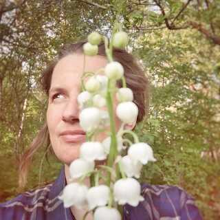 Naturen er en central del af Andrea Hejlskovs liv. Hver dag skal der hugges brænde, hentes vand i brønden og samles spiselige vækster fra skovens spisekammer.