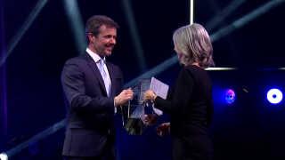 Prisen blev overrakt af Kronprins Frederik til Dignity direktør Karin Verland.