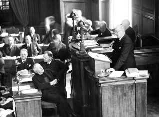 """Her ses K.K. Steincke på talerstolen i Landstinget. Som socialdemokratisk socialminister gennemførte han en række reformer, der af historiker Ulla Tofte betegnes som """"starten på velfærdsstaten""""."""