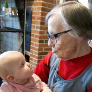 Merle på 10 måneder hjælper de ældre på plejehjemmene med hukommelsen.