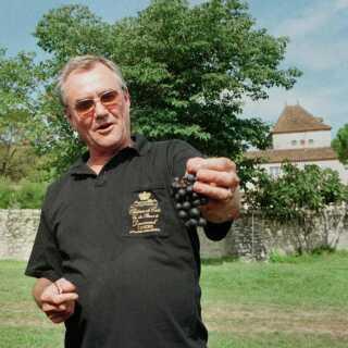 Her ses prins Henrik i vinmarken på Chateau de Cayx i 1997.