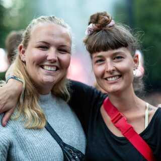 Kristine Fangel og Amalie Skoubo nød koncerten, som var den koncert, de havde set allermest frem til på festivalen.