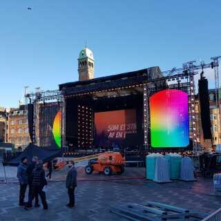 På denne scene vil en perlerække af danske kunstnere søndag aften hylde Kim Larsen.