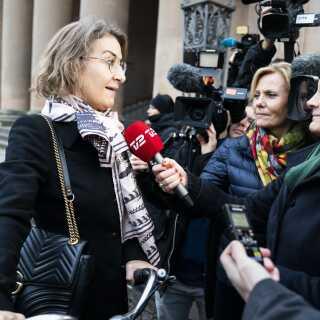 Forsvarer for taxachaufføren, Mette Grith Stage, da hun ankom til byretten. Der er navneforbud i forhold til taxachaufføren.
