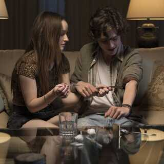 Timothée Chalamet, der fik sit helt store gennembrud i 'Call Me By Your Name', overbeviser også i 'Beautiful Boy'. Her ses han i en scene fra filmen sammen med Kaitlyn Dever.