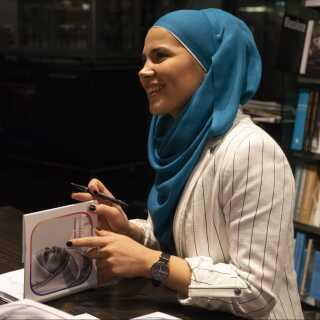 Iman Meskini havde travlt under sit besøg i København, hvor både medier og fans flokkedes om hende. Hun nåede at give i alt 17 interview. Det sidste foregik i Politikens Boghal på udgivelsesdagen, hvor hun efterfølgende signerede bøger og gav selfies til den lange kø af fremmødte.