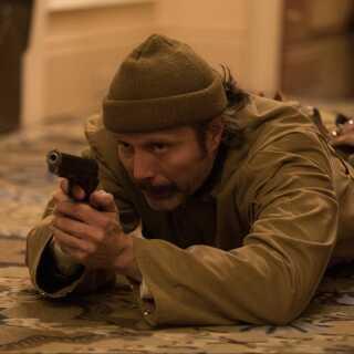 - Vær beredt! Mads Mikkelsen har nærmest konstant en pistol på sig i 'Polar'. Og den bliver brugt særdeles flittigt.