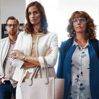 Danica Curcic spiller (i midten) rollen som Line, der forlader sin mand, fordi han har en affære med deres barnepige. I filmen medvirker også blandt andre Martin Buch og Lærke Winther.