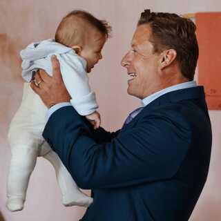 Anders W. Berthelsen er i 'Mødregruppen' for en gang skyld ikke svigermors drøm - og han har heller ikke helt styr på, hvordan hans lille søn egentlig ser ud.