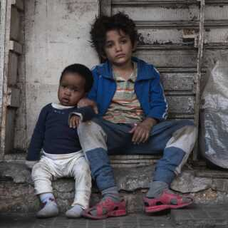 Zain, der spilles af syriske Zain Al Rafeea, må tage sig af en kvindes barn i Beiruts slum.
