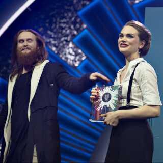 Sidste års vinder, Rasmussen, overrækker Leonora vindertrofæet, efter hun lørdag aften vandt Dansk Melodi Grand Prix 2019.