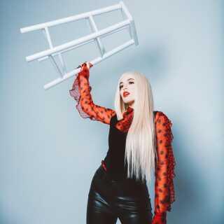 Ava Max har tidligere arbejdet sammen med blandt andre stjerneproduceren David Guetta på nummeret 'Let It Be Me'.