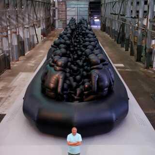 Ai Weiwei har lavet flere kunstværker og film om flygtningekrisen. Her står han foran en 60 meter lang gummibåd, der blev udstillet i Australien.
