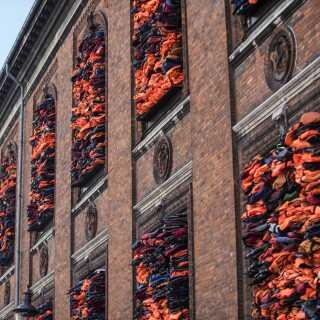 Ai Weiwei fyldte i 2017 Kunsthal Charlottenborgs vinduer op med mere end 3.500 redningsveste fra flygtninge, der var kommet i land på den græske ø Lesbos.