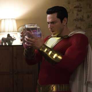- Zachary Levi overspiller ganske vist aldeles fjolleskørt i rollen som superhelten Shazam, hvilket slet ikke passer med hans alter ego, den eftertænksomme og rolige Billy, skriver Per Juul Carlsen.