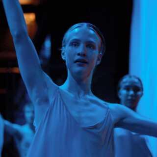 - Polster er så filmisk rigtig, smuk og karismatisk, at en filmskaber ikke kan bede om mere. Men Lara er alt for svagt beskrevet til at bære så meget. Som publikum ved vi naturligvis, at hun ikke bare kæmper med at være en kvinde i en mands krop, men også vil være en dygtig danser, skriver Per Juul Carlsen.