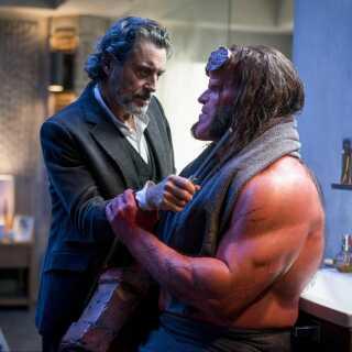 Det er ikke længere den mexicanske billedtroldmand Guillermo del Toro, der tager sig af den røde supersatan sådan som i de to gamle film. Nu er det derimod engelske Neil Marshall, en fattigrøvsinstruktør, mener Per Juul Carlsen.