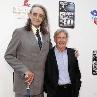 Her ses Peter Mayhew i sin imponerende højde sammen med vennen og kollegaen Harrison Ford til fejringen af 30-året for 'Star Wars: Episode V The Empire Strikes Back' tilbage i 2010.