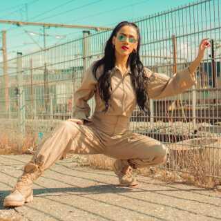 - Jeg har et stort netværk inden for musik, og det er en kæmpe fordel. Det er vigtigt at hjælpe hinanden ved at dele hinandens indhold på de sociale medier, for det er en mega vigtig platform for at promovere sig selv, siger Sandra Hussein.