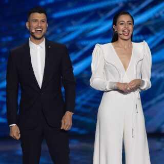 Assi Azar (tv.) er den ene af de i alt fire værter på årets Eurovision Song Contest, og han har gjort sig bemærket ved at være åbent homoseksuel i sin rolle som vært på showet.