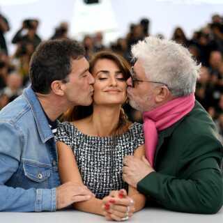 Viva España! Spanske Antonio Banderas og instruktør Pedro Almodovar kysser Penelope Cruz foran pressefotograferne i Cannes. De to stjerner spiller sammen i Almodovars nye film.