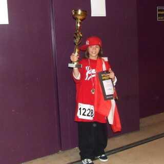 Helt unge Nicky Andersen med en stor guldpokal efter verdensmesterskabet i børne-hiphop.