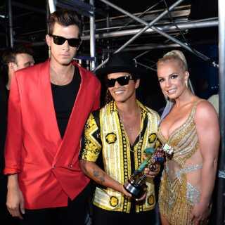 Stjernerne flokkes om det musikalske vidunderbarn. Her er det fra venstre Mark Ronson selv, Bruno Mars, der leverer vokalen på 'Uptown Funk', og Britney Spears, der havde fornøjelsen af at overrække de to herrer prisen for 'Årets mandlige video' for 'Uptown Funk' ved MTV Video Music Awards i 2015.