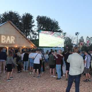 Northside havde forsøgt at tage hensyn til fodboldfansene ved at sætte en storskærm op på festivalpladsen. Men fodboldfans var der tilsyneladende ikke mange af.