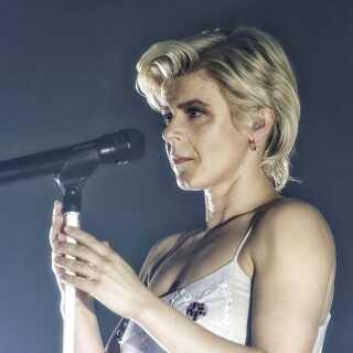 Robyn har kæmpet med at være popstjerne i den klassiske forstand. I sin tidlige karriere ville hendes pladeselskab have, at 'hun skulle være Britney, før Britney blev Britney', fortæller radiovært Sandie Westh. Her optræder Robyn i Paris i april 2019.