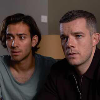 Russel Tovey (th.), der spiller Daniel, har medvirket i et hav af tv-serier i sin karriere, blandt andet 'Looking' og 'The Job Lot'. Maxim Baldry (tv.), der spiller Viktor, er særligt kendt fra serien 'Hollyoaks'.