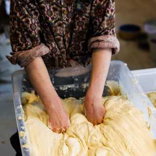 For Kitty Tait er det terapeutisk at have fingrene i dejen. Kontakten mellem dej og hud beroliger hende, og det gør også noget sundt for hende at følge processen i at bage et brød fra start til slut.