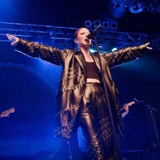 Roskilde Festival ønsker ikke at indføre samme restriktioner overfor kunstnerne som Isle of Wight Festival, der har bandlyst Jess Glynne efter sangerens to aflysninger.