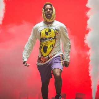 ASAP Rocky er i øjeblikket i fuld gang med sin Europa-turné. Her ses han på scenen i Paris på Le Zenith den 27. juni.