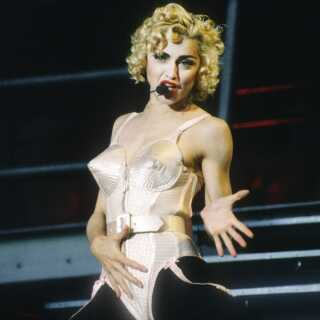 Jean Paul Gaultier er blandt andet kendt for at have designet Madonnas ikoniske, spidse bh, som hun bar under sin 'Blond Ambition Tour' i 1990.