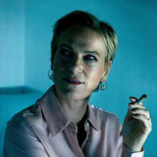 I DR's dramaserier bliver der også røget. Og ikke kun cigaretter. Her er det bankrådgiveren Anna fra 'Bedrag III', der fyrer op i en solid joint.