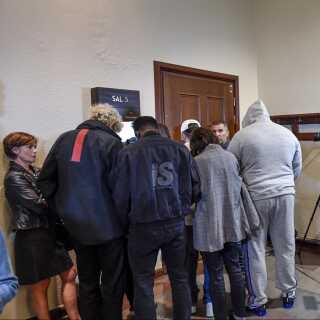 Folk fra ASAP Rockys entourage i retten i Stockholm. Den svenske højesteret afviste mandag 8.juli at løslade rapperen, imens anklagemyndigheden efterforsker sagen.