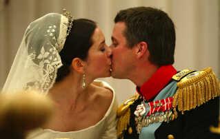 Kronprins Frederik kysser sin brud, Kronprinsesse Mary, under bryllupsmiddagen på Fredensborg Slot.