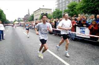 Kronprins Frederik med løbende livvagt til højre.