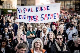 """""""Vi skal kunne leve i fred sammen"""". Sådan lyder budskabet under fakkeloptoget på Nørrebro."""