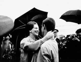 Henri de Monpezat havde i al hemmelighed besøgt prinsesse Margrethe og hilst på sine kommende svigerforældre to gange før. Men 3. September 1966 var første gang den danske presse havde fået nys om et besøg og i løbet af kort tid vidste hele landet, hvem den unge franskmand var.