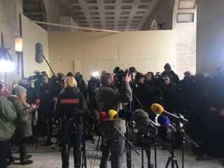 Mange journalister og fotografer mødte op ved Politigården i København, hvor anklageren i ubådssagen, Jakob Buch-Jepsen, fortalte om anklageskriftet i sagen, hvor ubådsbygger Peter Madsen er tiltalt for drab og flere andre forhold.