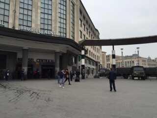 På stationen i Bruxelles står vagter klar til at tjekket passagernes tasker, inden de får lov at komme til perronen.